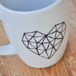 kubek z sercem Kubek geometryczne serce w stylu loftowym. Minimalizm
