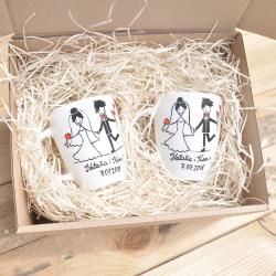 Pudełko na zestaw 2 kubków lub filiżanek wypełnione naturalną wioliną drzewną.