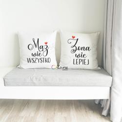 Dwie poduszki z nadrukiem dla męża i żony. Prezent ślubny lub na rocznicę Poduszki Mąż wie WSZYSTKO, Żona wie LEPIEJ. Na ślub, rocznicę, dla męża i żony.